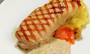 Piept de pui umplut cu somon afumat, servit cu piure de cartofi si sos de branzeturi