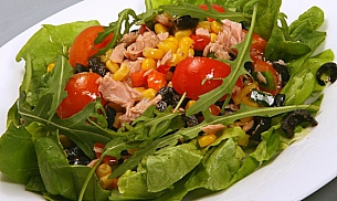 Salata cu ton, porumb si masline verzi