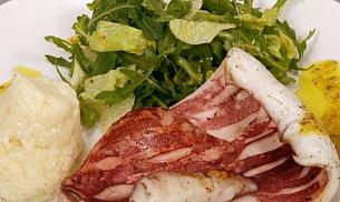 Calamar la gratar cu asortiment de salate