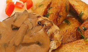 Pui umplut cu mozarella si jambon, servit cu cartofi aromati si sos de ciuperci