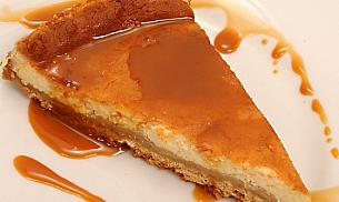 Tort de branza dulce cu sirop de capsuni