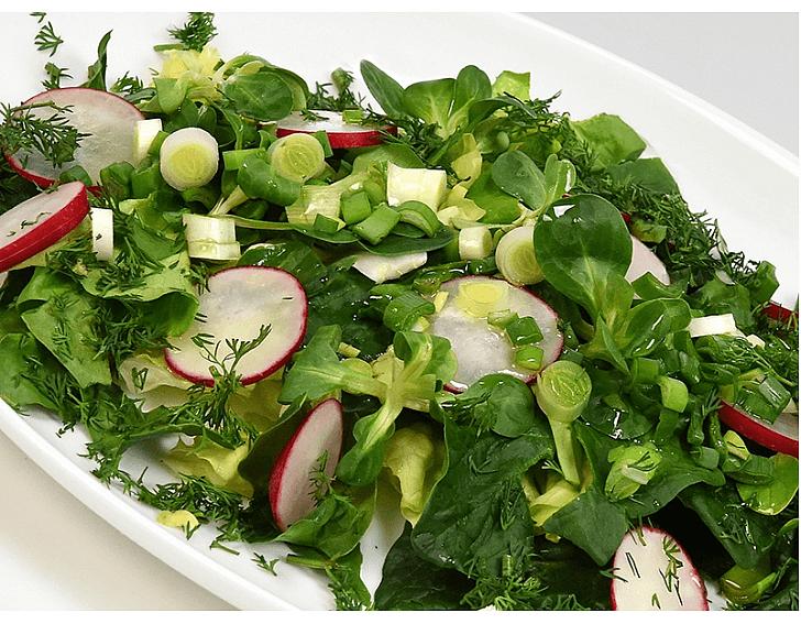 Salata cu verdeturi de sezon
