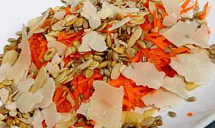 Salata de morcovi cu seminte si parmesan