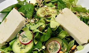 Salata cu cas proaspat si seminte prajite